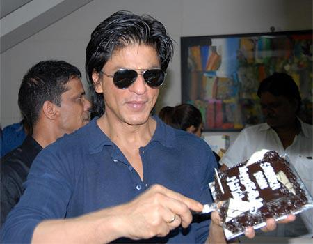 srkbdaycake Shah Rukh Khan does a Birthday Chammak Challo For His Fans