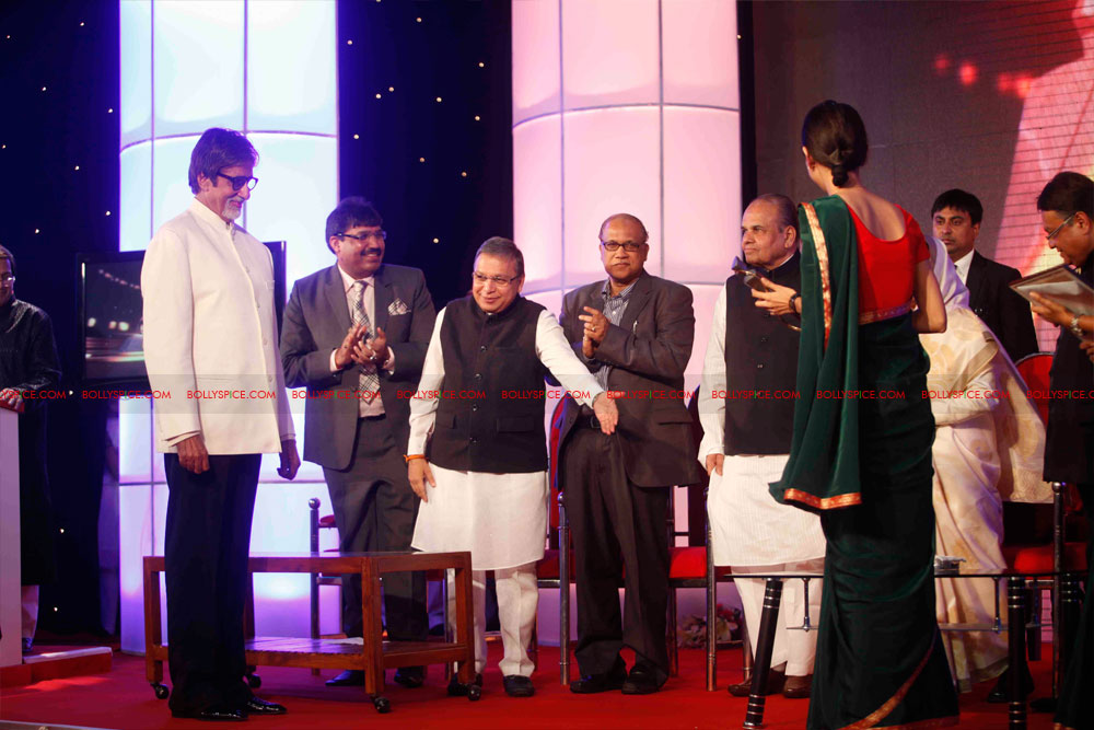 11dec amitabh dilip lokmat03 Dilip Kumar and Amitabh Bachchan receive Lokmat awards from The President of India
