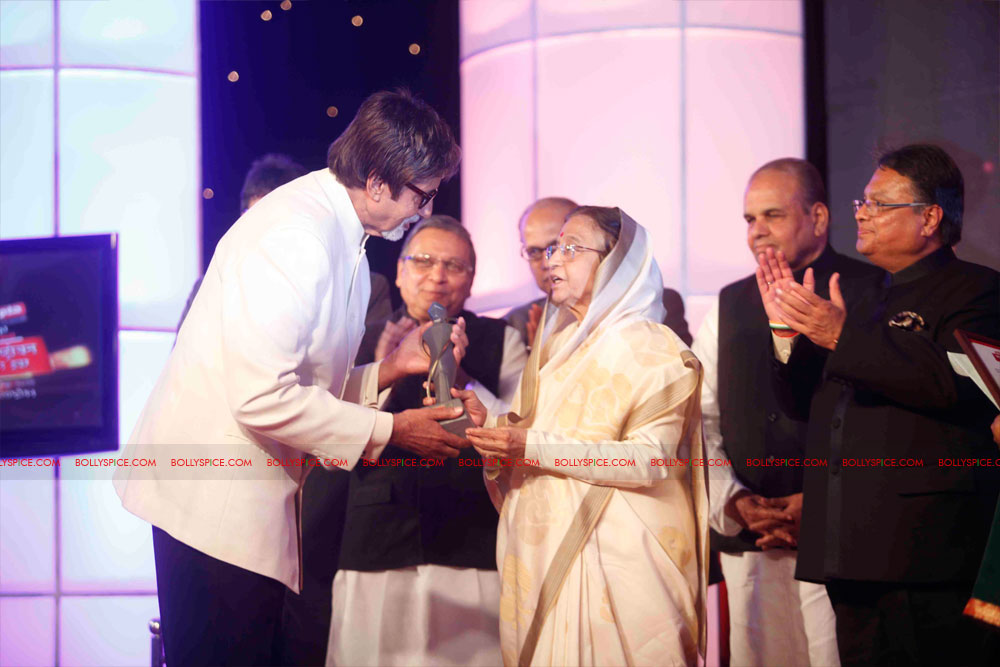 11dec amitabh dilip lokmat04 Dilip Kumar and Amitabh Bachchan receive Lokmat awards from The President of India