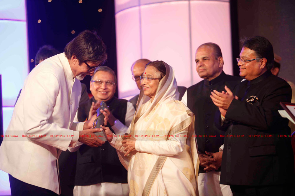 11dec amitabh dilip lokmat05 Dilip Kumar and Amitabh Bachchan receive Lokmat awards from The President of India