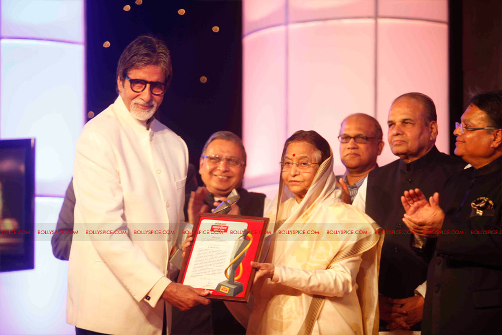 11dec amitabh dilip lokmat06 Dilip Kumar and Amitabh Bachchan receive Lokmat awards from The President of India
