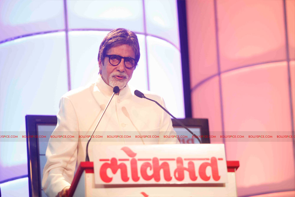11dec amitabh dilip lokmat07 Dilip Kumar and Amitabh Bachchan receive Lokmat awards from The President of India