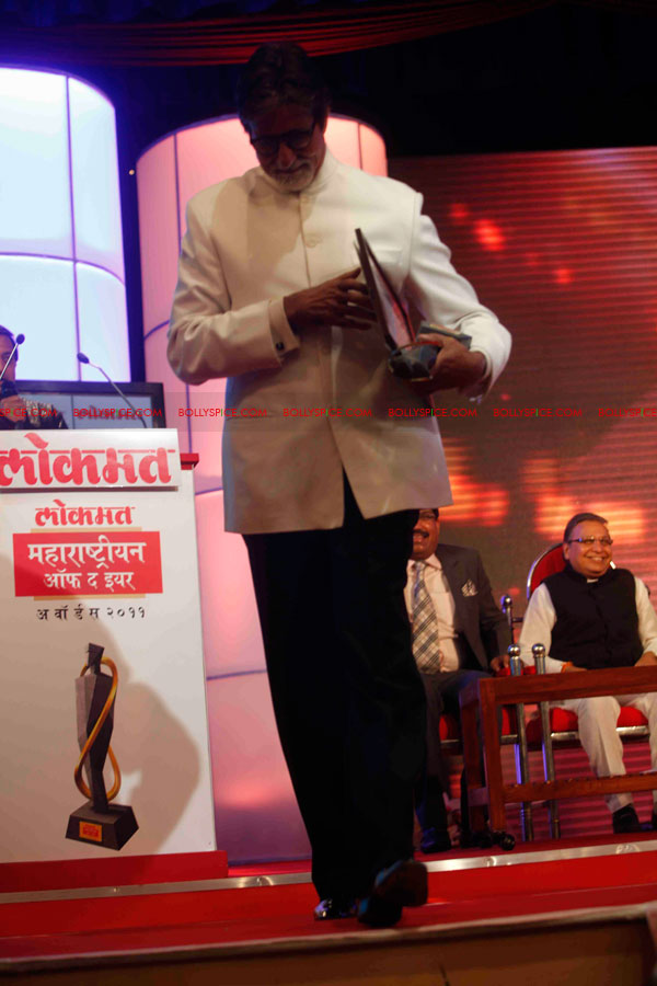 11dec amitabh dilip lokmat09 Dilip Kumar and Amitabh Bachchan receive Lokmat awards from The President of India
