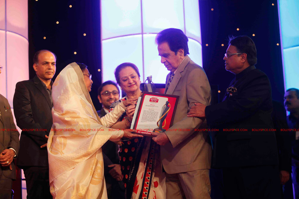 11dec amitabh dilip lokmat16 Dilip Kumar and Amitabh Bachchan receive Lokmat awards from The President of India