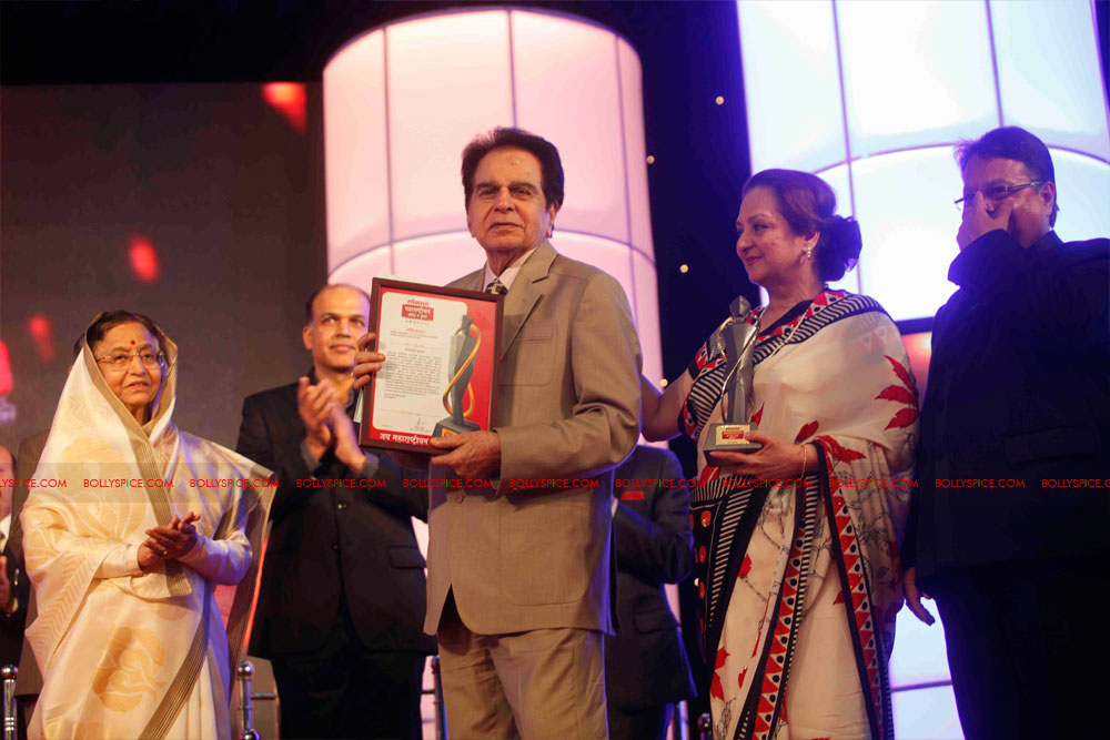 11dec amitabh dilip lokmat17 Dilip Kumar and Amitabh Bachchan receive Lokmat awards from The President of India