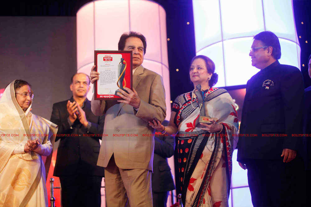 11dec amitabh dilip lokmat18 Dilip Kumar and Amitabh Bachchan receive Lokmat awards from The President of India