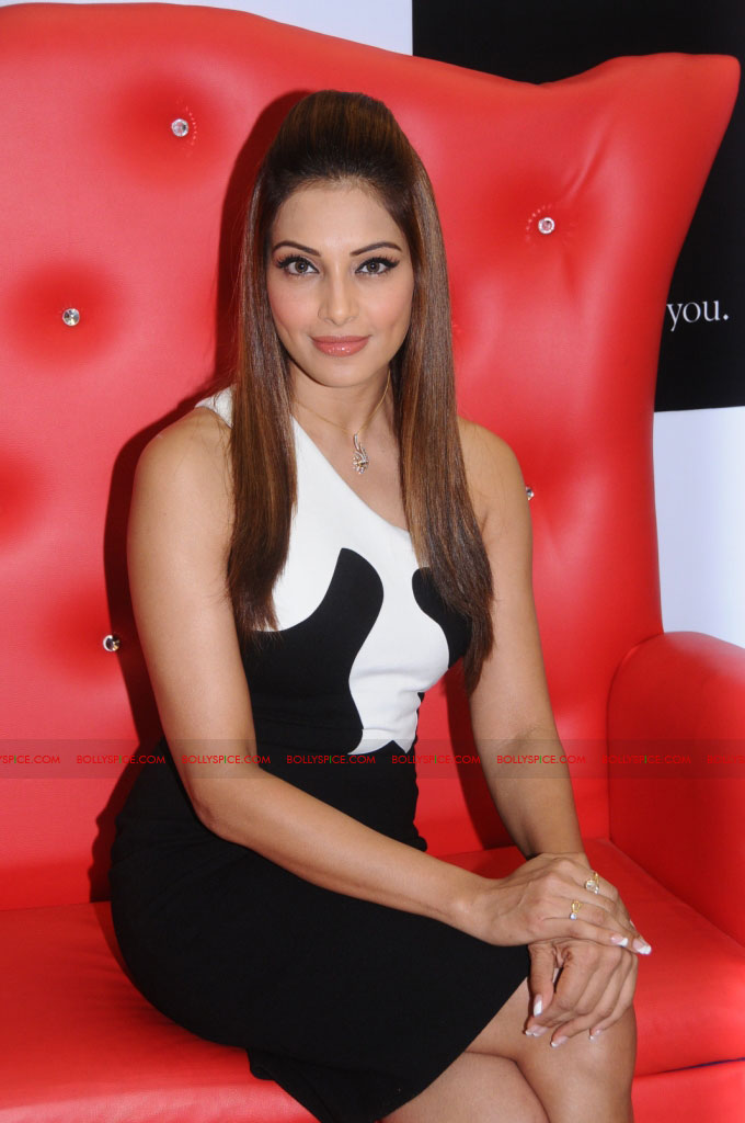 11dec bipasha gili01 Bipasha Basu at Gili store in Bangalore to unveil new crown collection