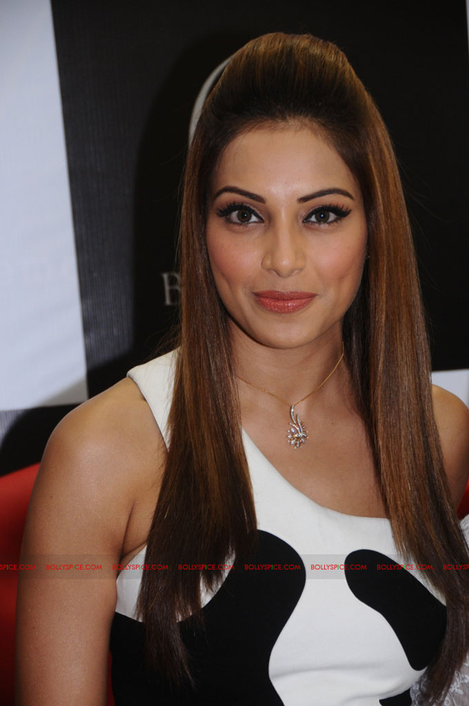 11dec bipasha gili02 Bipasha Basu at Gili store in Bangalore to unveil new crown collection
