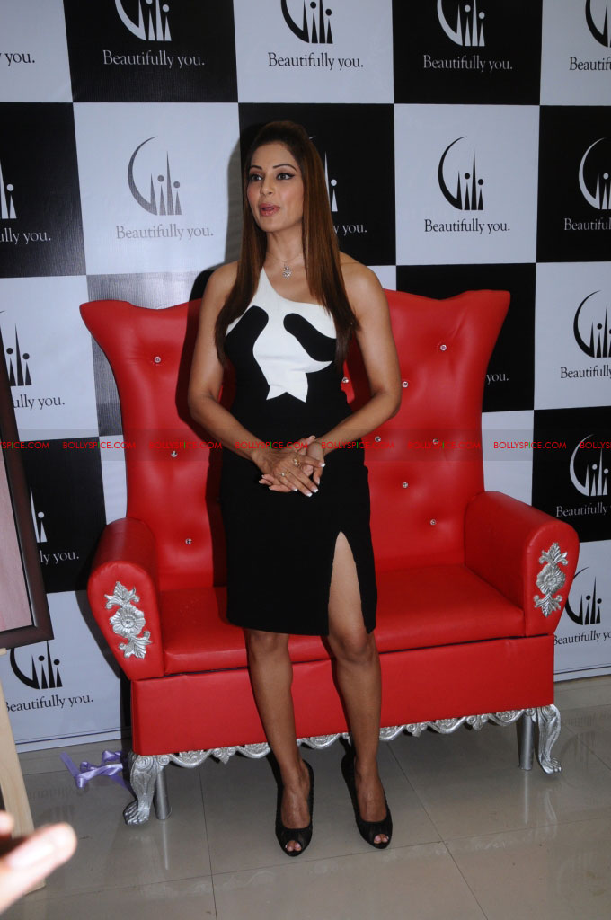 11dec bipasha gili03 Bipasha Basu at Gili store in Bangalore to unveil new crown collection