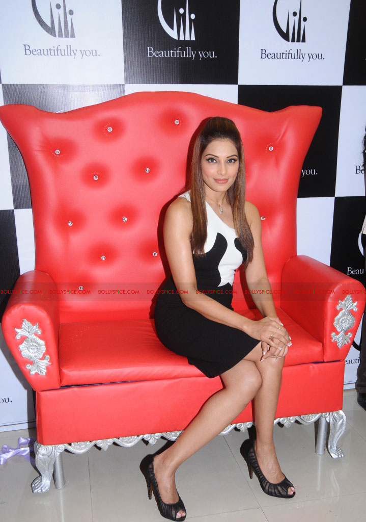 11dec bipasha gili04 Bipasha Basu at Gili store in Bangalore to unveil new crown collection