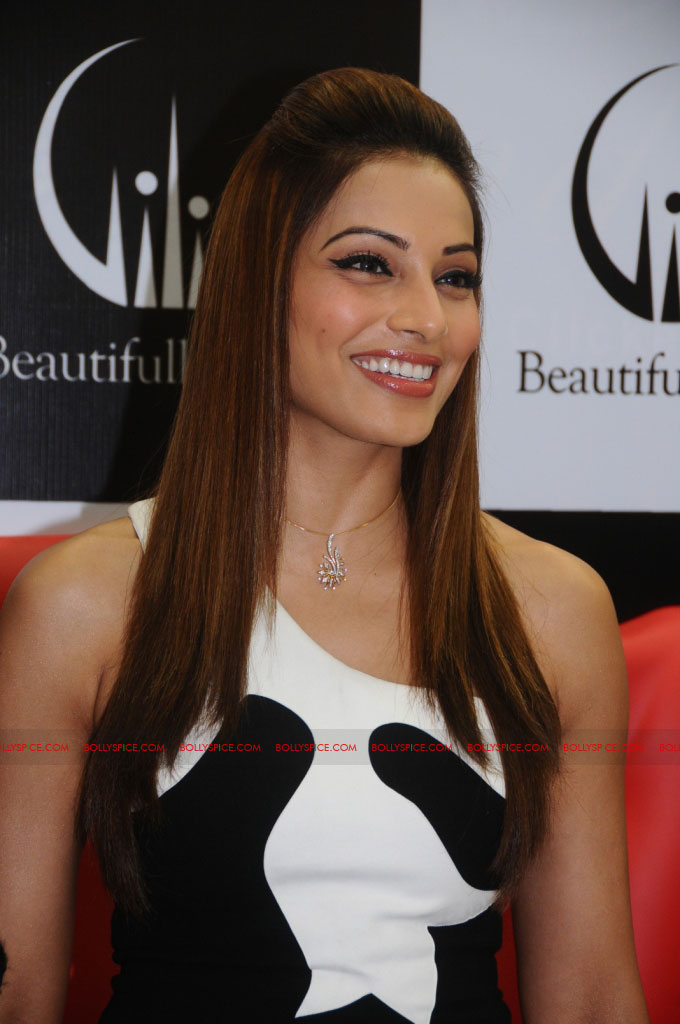 11dec bipasha gili05 Bipasha Basu at Gili store in Bangalore to unveil new crown collection