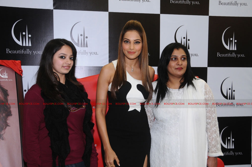 11dec bipasha gili06 Bipasha Basu at Gili store in Bangalore to unveil new crown collection