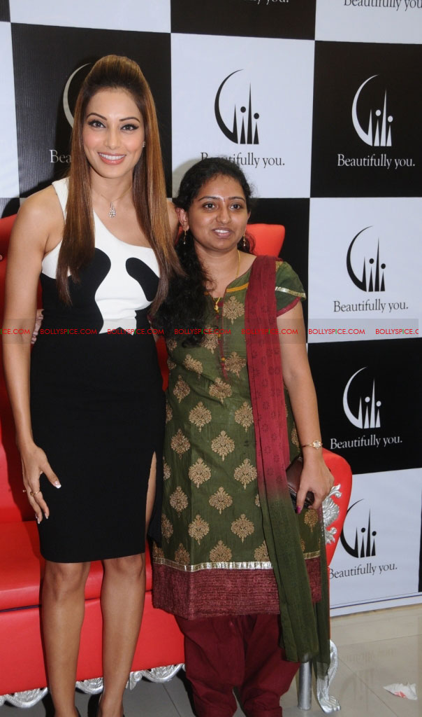 11dec bipasha gili07 Bipasha Basu at Gili store in Bangalore to unveil new crown collection