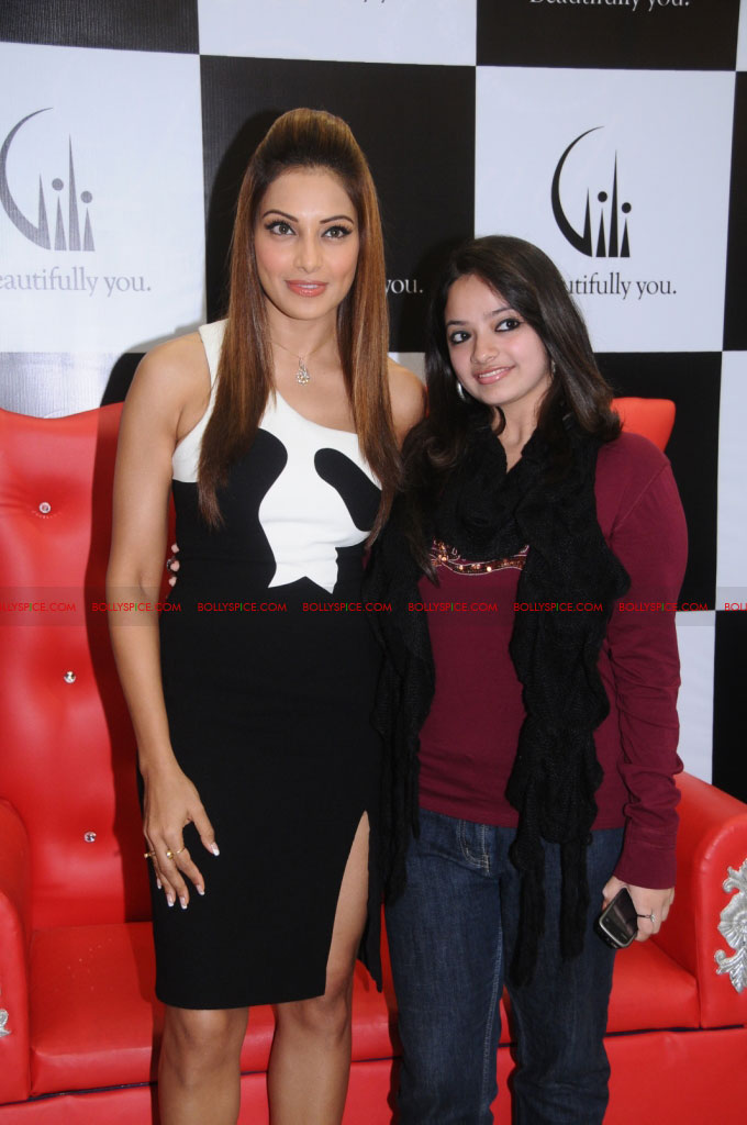 11dec bipasha gili08 Bipasha Basu at Gili store in Bangalore to unveil new crown collection