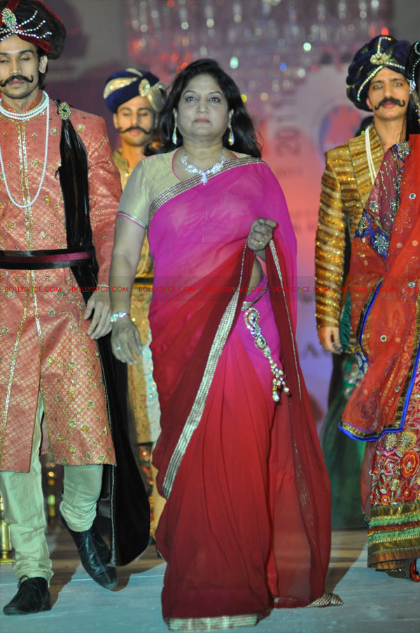 11dec nishasagar celebs09 Celebrities walk the ramp for designer Nisha Sagar