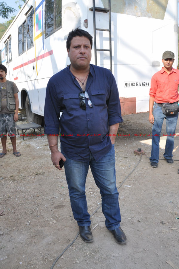 11dec pw onset03 Tigmanshu directs on location Pranam Walekum for debut director Sanjay Mishra
