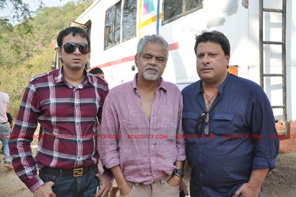 11dec pw onset05 Tigmanshu directs on location Pranam Walekum for debut director Sanjay Mishra