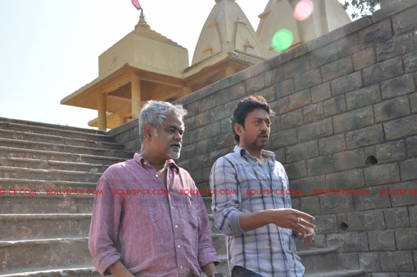 11dec pw onset08 Tigmanshu directs on location Pranam Walekum for debut director Sanjay Mishra