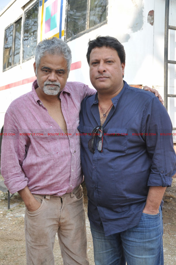 11dec pw onset09 Tigmanshu directs on location Pranam Walekum for debut director Sanjay Mishra