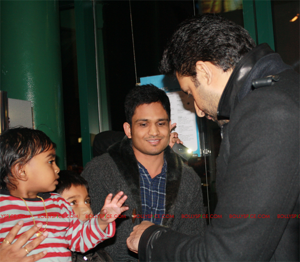 01jan abhiuk 06 Abhishek meets his London fans