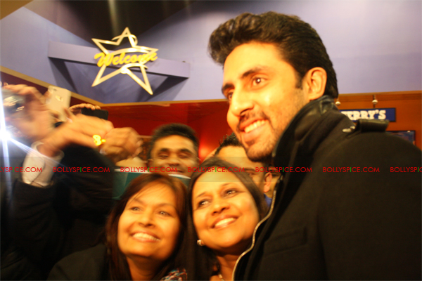 01jan abhiuk 09 Abhishek meets his London fans