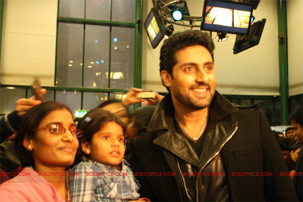 01jan abhiuk 10 Abhishek meets his London fans