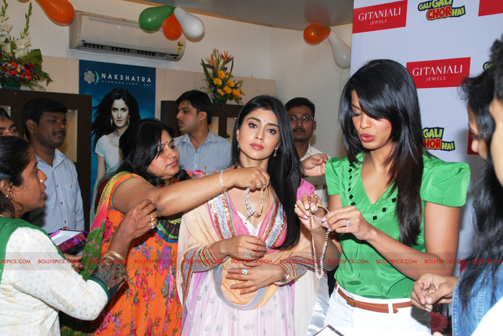 12jan gitanjali 03 Mugdha Godse & Shriya Saran unveil the Nakshatra Valentine Collection at Gitanjali Jewels