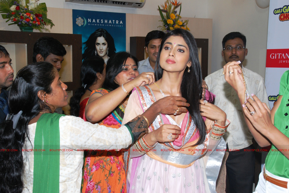 12jan gitanjali 04 Mugdha Godse & Shriya Saran unveil the Nakshatra Valentine Collection at Gitanjali Jewels