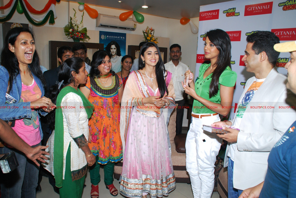 12jan gitanjali 06 Mugdha Godse & Shriya Saran unveil the Nakshatra Valentine Collection at Gitanjali Jewels