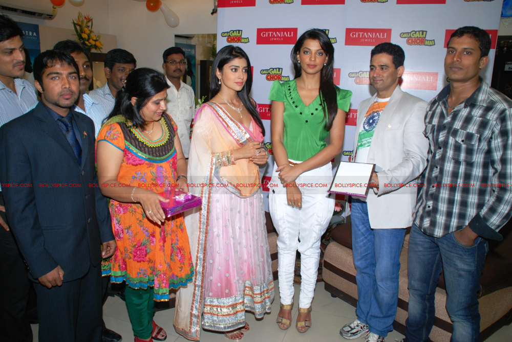 12jan gitanjali 07 Mugdha Godse & Shriya Saran unveil the Nakshatra Valentine Collection at Gitanjali Jewels