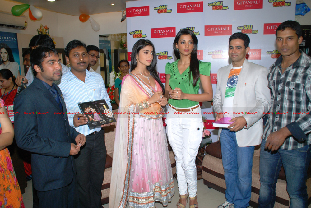 12jan gitanjali 08 Mugdha Godse & Shriya Saran unveil the Nakshatra Valentine Collection at Gitanjali Jewels