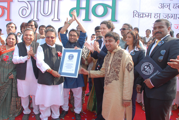 RAJENDRABABU DARDA VIJAYBABU DARDA RISHI DARDA ANDREA BANFI OF GUINNESSAND KARAN DARDA WITH THE gwr CERTIFICATE FOR THE WORLD RECORD SET IN AURANGABAD1 Shankar Mahadevan, Roopkumar Rahtod and 15243 Aurangabadkars sing the National Anthem for a new Guinness World Record!