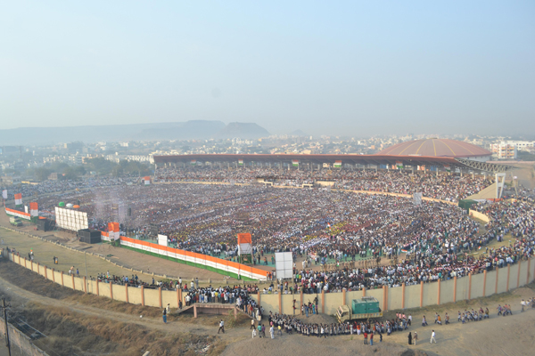 THE DIVISIONAL SPORTS COMPLEX AT GARKHEDA JAMPACKED BY THOUSANDS OF AURANGABADKARS WHO CREATED A WORLD RECORD ON THE EVE OF REPUBLIC DAY copy Shankar Mahadevan, Roopkumar Rahtod and 15243 Aurangabadkars sing the National Anthem for a new Guinness World Record!