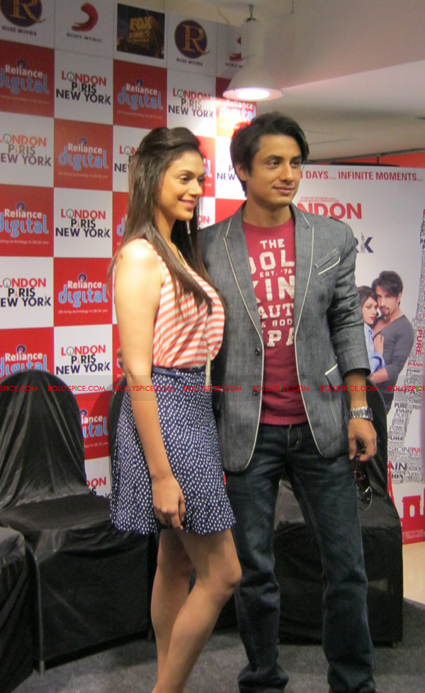 12jan LPNY reliancepromo01 Ali Zafar and Aditi Rao Hydari promote London Paris New York at Reliance Digital Store