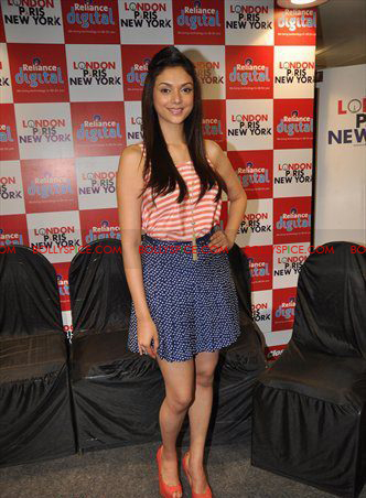 12jan LPNY reliancepromo08 Ali Zafar and Aditi Rao Hydari promote London Paris New York at Reliance Digital Store