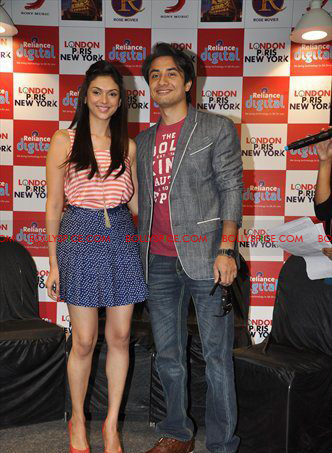 12jan LPNY reliancepromo10 Ali Zafar and Aditi Rao Hydari promote London Paris New York at Reliance Digital Store