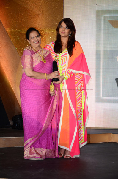 12mar aishaward02 Aishwarya Rai Bachchan named the iconic woman of worth at the Loreal Paris Femina Awards