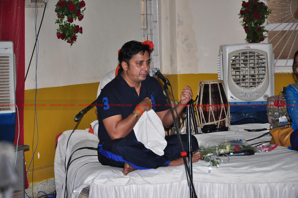 12apr sukhwinder yoga02 Sukhwinder Singh dedicates 'Body & Soul' performance to Dr. Jaydev & Yoga