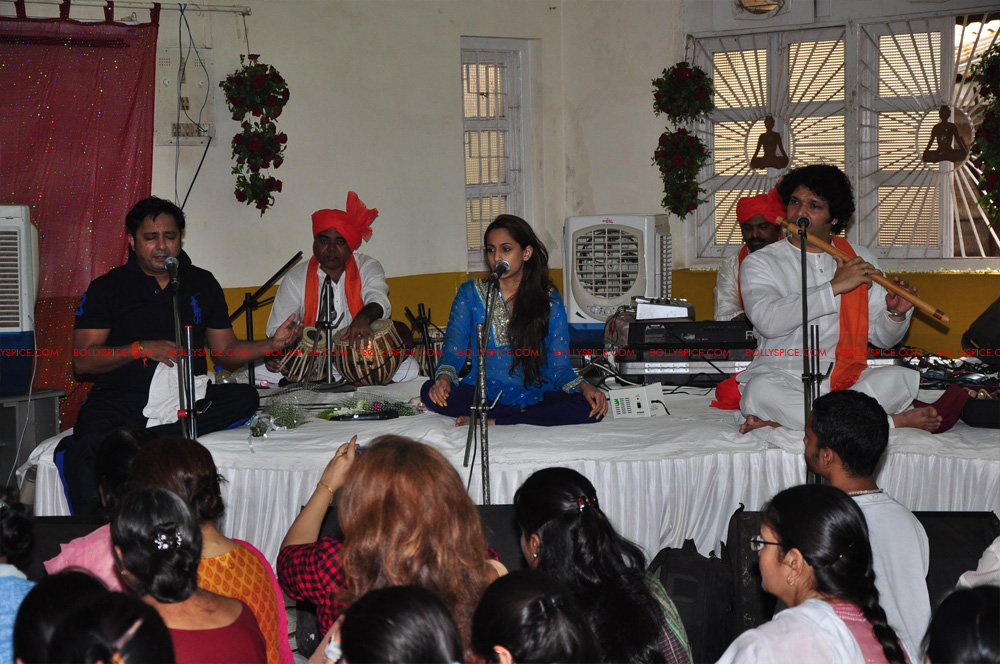 12apr sukhwinder yoga03 Sukhwinder Singh dedicates 'Body & Soul' performance to Dr. Jaydev & Yoga