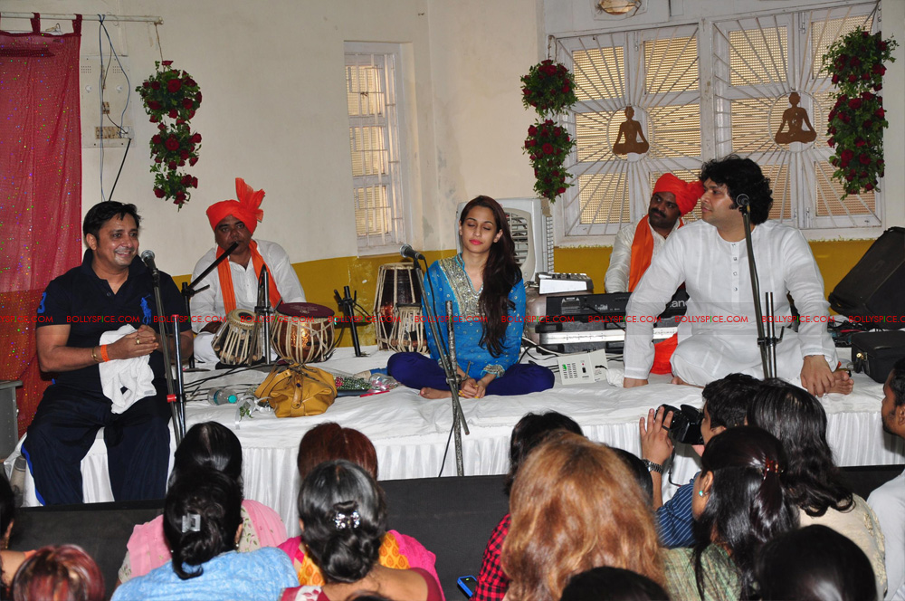 12apr sukhwinder yoga04 Sukhwinder Singh dedicates 'Body & Soul' performance to Dr. Jaydev & Yoga