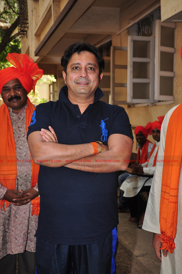 12apr sukhwinder yoga08 Sukhwinder Singh dedicates 'Body & Soul' performance to Dr. Jaydev & Yoga
