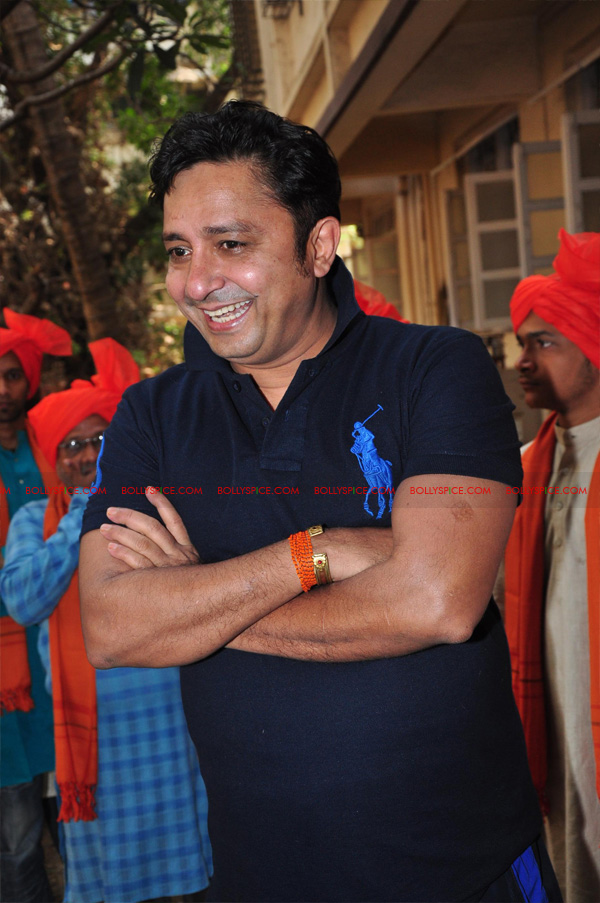 12apr sukhwinder yoga11 Sukhwinder Singh dedicates 'Body & Soul' performance to Dr. Jaydev & Yoga