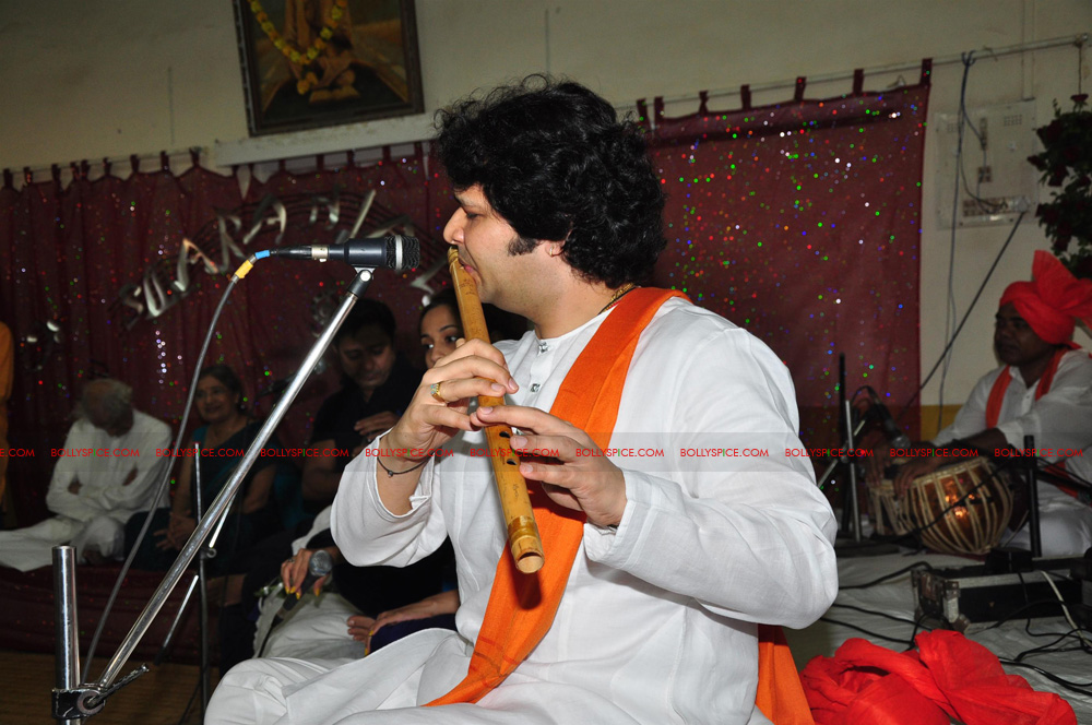 12apr sukhwinder yoga12 Sukhwinder Singh dedicates 'Body & Soul' performance to Dr. Jaydev & Yoga