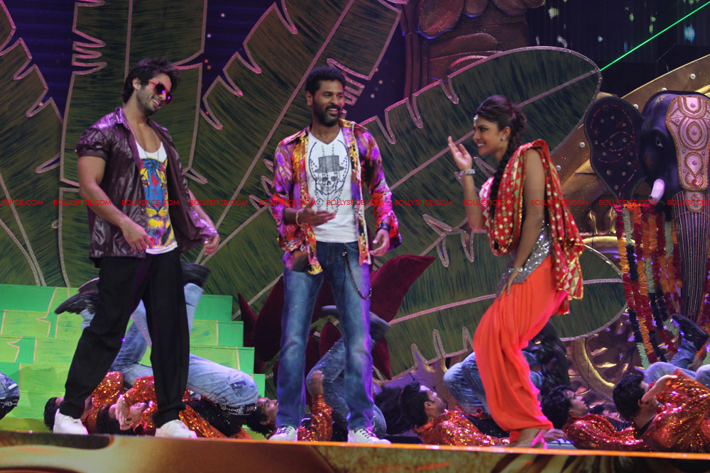 12jun SKPC performanceIIFA01 In Pictures: Shahid Kapoor and Priyanka Chopra perform at IIFA!