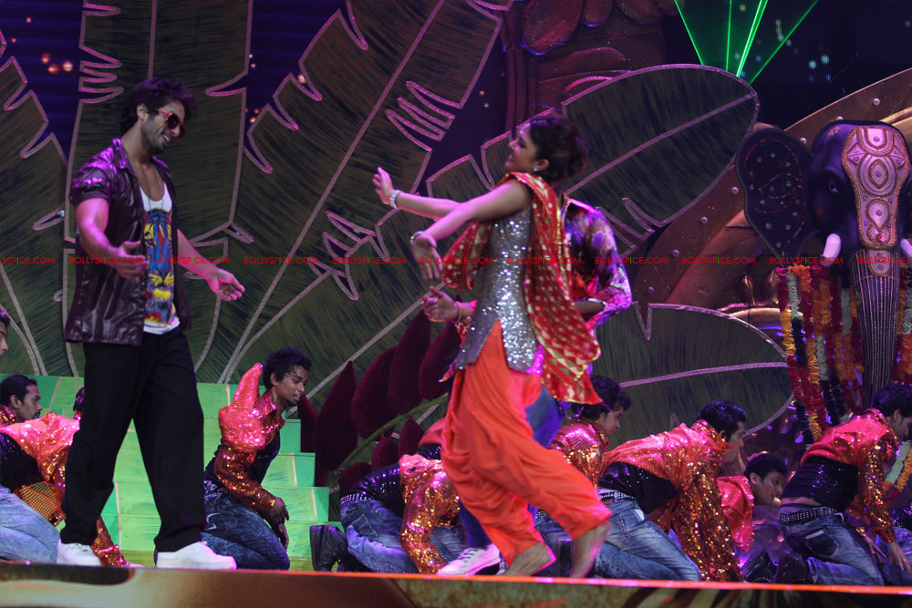12jun SKPC performanceIIFA02 In Pictures: Shahid Kapoor and Priyanka Chopra perform at IIFA!