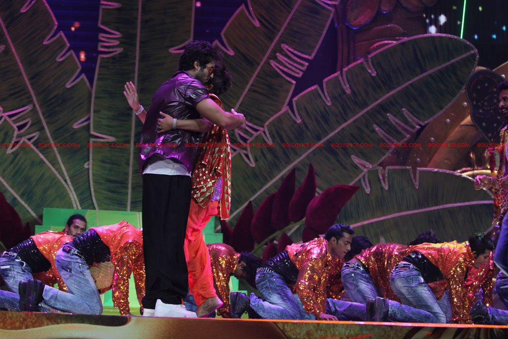 12jun SKPC performanceIIFA03 In Pictures: Shahid Kapoor and Priyanka Chopra perform at IIFA!