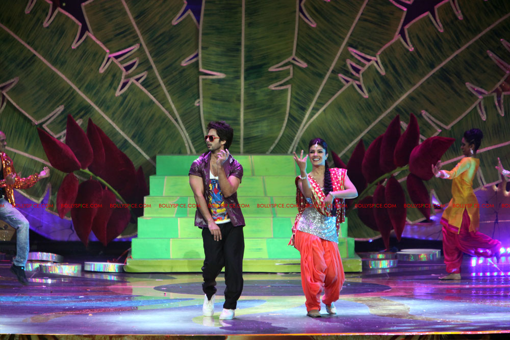 12jun SKPC performanceIIFA05 In Pictures: Shahid Kapoor and Priyanka Chopra perform at IIFA!