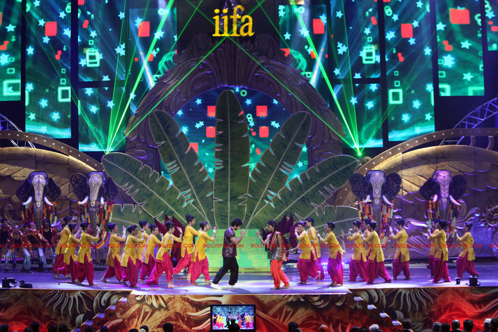 12jun SKPC performanceIIFA06 In Pictures: Shahid Kapoor and Priyanka Chopra perform at IIFA!