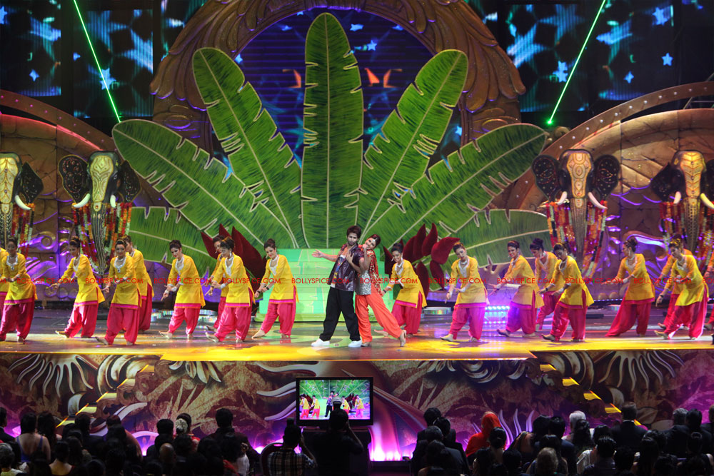 12jun SKPC performanceIIFA07 In Pictures: Shahid Kapoor and Priyanka Chopra perform at IIFA!