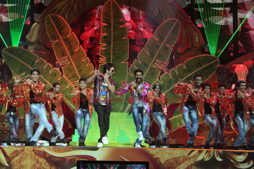 12jun SKPC performanceIIFA08 In Pictures: Shahid Kapoor and Priyanka Chopra perform at IIFA!